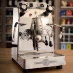 Die 2-Kreis E61 Espressomaschine für die Zubereitung von perfektem italienischen Espresso oder Cappuccino. Die Bedienung der E61 Brühgruppe erfolgt klassisch über Handhebel. Dampf- und Heisswasserlanze sind bei BFC standardmäßig isoliert (no-burn), damit die Milch beim Schäumen an der Lanze nicht anbrennt. Die Armaturen für Dampf- und Heißwasser sind mit Zugventil ausgestattet, damit klar definiert nach ca. einer halben Umdrehung, die volle Dampfkraft zur Verfügung steht, und das bei gleichzeitig guter Regelbarkeit. Hinsichtlich Energieverbrauch ist der Boiler mit 1,3 Liter Volumen wärmeisoliert. Das Edelstahlgehäuse besteht komplett aus hochwertigem Edelstahl in schwerer Ausführung. Hier werden keine dünnen Bleche, sondern die schweren Stahlbleche aus der Gastromaschinen Produktion verwendet. Die Tassenablage ist passiv beheizt. Der Betrieb erfolgt über den groß dimensionierten Wassertank (3 Liter) Besonderheiten Tropftasse in schwerer Ausführung mit Kippschutz; wärmeisolierter Kessel Lieferumfang 2 Siebträger mit 1er und 2er Sieb; Blindsieb; 2 Mikrofaser Wischtücher; Schutzgitter für die Tassenablage
